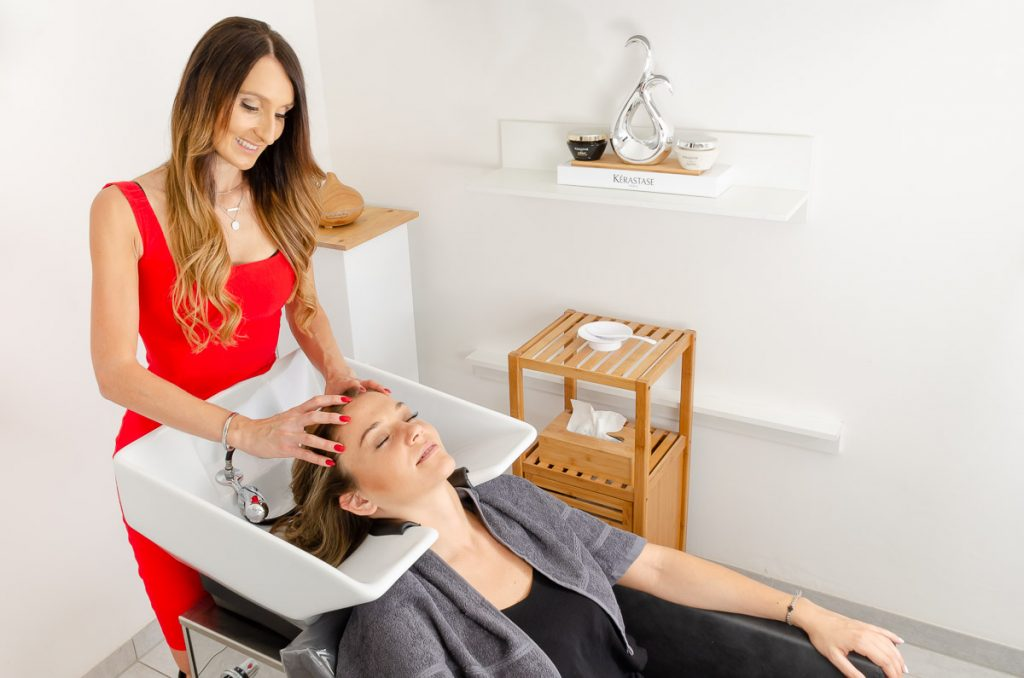 Kopfmassage und Haare waschen bei Completed Hairstyle in Graz