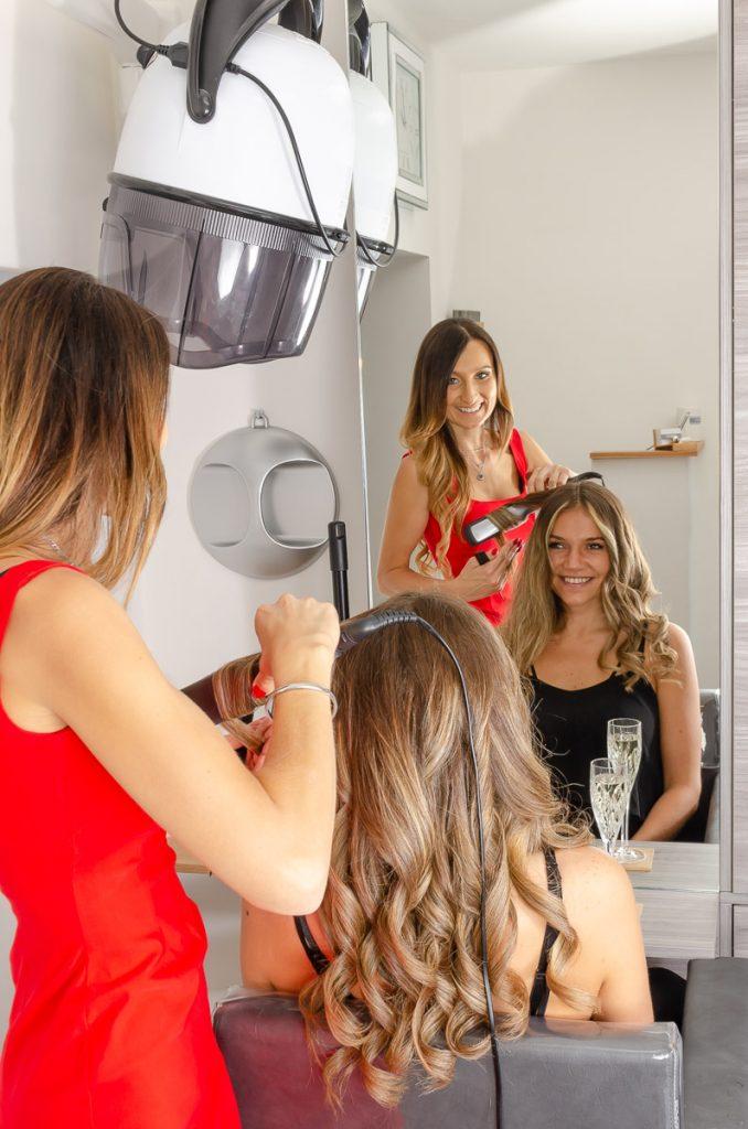 Hairstyling, um den Look zu vervollständigen, bei Completed Hairstyle in Graz
